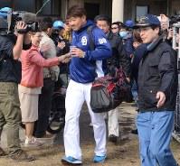 群がるファンと握手する松坂(中央)。連日、報道陣のカメラが密着し、警備員の護衛がつく=沖縄県北谷町で7日