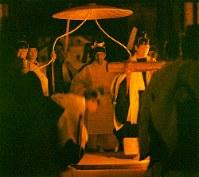 大嘗祭の「悠紀殿(ゆきでん)の儀」で、悠紀殿に向かわれる白い生絹の束帯姿の天皇陛下=皇居・東御苑の大嘗宮で1990年11月22日、代表撮影