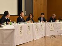 2020年度からスタートする大学入学共通テストでの、英語の民間資格・検定試験の導入を巡って白熱した議論を展開するパネリストたち=東京都文京区の東京大学で10日午後