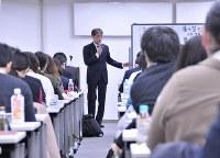 無期雇用転換ルールや労働契約法について講師の説明に耳を傾ける企業の人事労務担当者ら=東京都千代田区で、塩田彩撮影