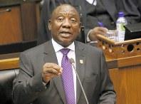 南アフリカ国会で演説するラマポーザ氏=ロイター