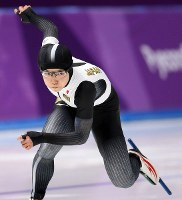 Japan's Nao Kodaira races to the gold medal in the women's 500-meter speed skating event at the Gangneung Oval at the 2018 Winter Olympics in Gangneung, South Korea, on Feb. 18, 2018. (Mainichi)