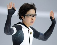 Japan's Nao Kodaira raises her hands in front of celebrating spectators after she grabbed top spot in the women's 500 meters speed skating race at the Gangneung Oval at the 2018 Winter Olympics in Gangneung, South Korea, on Feb. 18, 2018. (Mainichi)