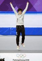 Japan's Nao Kodaira jumps on the podium at a ceremony after she took first in women's 500-meter speed skating at the Gangneung Oval at the 2018 Winter Olympics in Gangneung, South Korea, on Feb. 18, 2018. (Mainichi)