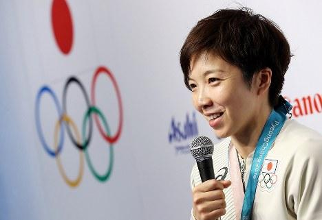 金メダル獲得から一夜明け、記者会見に臨む小平奈緒=韓国・平昌のジャパンハウスで2018年2月19日午前10時23分、佐々木順一撮影