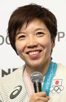 金メダル獲得から一夜明け、記者会見で笑顔を見せる小平奈緒=韓国・平昌のジャパンハウスで2018年2月19日午前10時13分、佐々木順一撮影