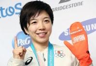 スピードスケート女子500メートル優勝から一夜明け、記者会見後に笑顔でポーズをとる小平奈緒=韓国・平昌のジャパンハウスで2018年2月19日午前10時40分、佐々木順一撮影