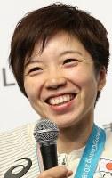 金メダル獲得から一夜明け、記者会見で笑顔を見せる小平奈緒=韓国・平昌のジャパンハウスで2018年2月19日、佐々木順一撮影