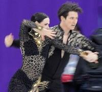 【平昌五輪】アイスダンスのSDを終え、首位に立ったテッサ・バーチュー、スコット・モイヤー組の演技=江陵アイスアリーナで2018年2月19日、手塚耕一郎撮影
