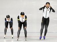 女子団体追い抜き予選でフィニッシュする(右から)高木美帆、佐藤綾乃、高木菜那=江陵オーバルで2018年2月19日、佐々木順一撮影