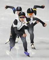 女子団体追い抜き予選で滑走する(手前から)高木美帆、佐藤綾乃、高木菜那=江陵オーバルで2018年2月19日、佐々木順一撮影