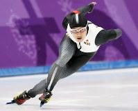 男子500メートルで滑走する加藤条治=江陵オーバルで2018年2月19日、佐々木順一撮影