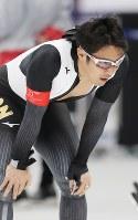 男子500メートルでフィニッシュし、膝に手をあてる加藤条治=江陵オーバルで2018年2月19日、佐々木順一撮影