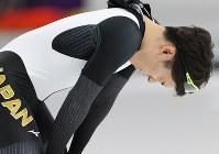 男子500メートルでフィニッシュし、膝に手をあてる長谷川翼=江陵オーバルで2018年2月19日、佐々木順一撮影