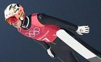 【平昌五輪】スキージャンプ男子団体で1回目の飛躍をする竹内択=アルペンシア・ジャンプセンターで2018年2月19日、宮間俊樹撮影