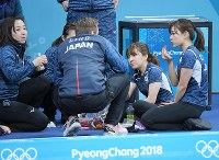 【日本-スウェーデン】第5エンド後の休憩タイム、イチゴなどを食べながら話し合う日本チームの選手たち=江陵カーリングセンターで2018年2月19日、手塚耕一郎撮影