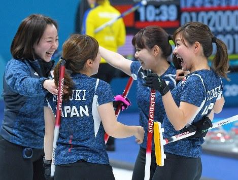 【日本-スウェーデン】スウェーデンに逆転勝ちし、集まって喜ぶ日本チームの選手たち=江陵カーリングセンターで2018年2月19日、手塚耕一郎撮影