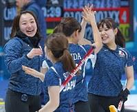 【日本-スウェーデン】スウェーデンに勝ち、集まって喜ぶ日本チームの選手たち=江陵カーリングセンターで2018年2月19日、手塚耕一郎撮影