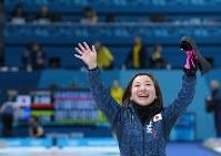 【日本-スウェーデン】スウェーデンに逆転勝ちし、笑顔で観客席に手を振る藤沢五月=江陵カーリングセンターで2018年2月19日、手塚耕一郎撮影