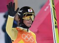 【平昌五輪】スキージャンプ男子団体で2回目の飛躍を終えて観客の声援に応える葛西紀明=アルペンシア・ジャンプセンターで2018年2月19日、宮間俊樹撮影