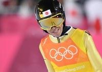 【平昌五輪】スキージャンプ男子団体で2回目の飛躍を終えた葛西紀明=アルペンシア・ジャンプセンターで2018年2月19日、宮間俊樹撮影