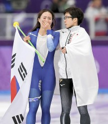 Japan's Nao Kodaira, right, approaches Lee Sang-hwa of South Korea after the women's 500-meter speed skating race at Gangneung Oval at the 2018 Winter Olympics in South Korea, on Feb. 18, 2018. (Mainichi)