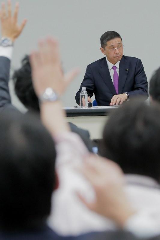 記者会見で質問を受ける日産の西川広人社長=2017年11月17日、和田大典撮影