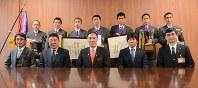 阿部守一知事(前列中央)を表敬した選手と高見沢勝監督(前列右から2人目)ら=長野市の県庁で