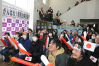 渡部由梨恵に懸命の声援を送る小・中学時代の同級生や住民ら=富良野市で
