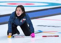 【平昌五輪】【日本-スウェーデン】第10エンド、最後のストーンを投じ、声を出して行方を見守る藤沢五月。このストーンがスウェーデンのストーンをはじき出し、日本が逆転勝ちした=江陵カーングセンターで2018年2月19日、手塚耕一郎撮影