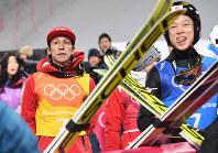 【平昌五輪】スキージャンプ男子団体で2回目の飛躍を終えて厳しい表情で電光掲示板を見る葛西紀明(左)と小林陵侑=アルペンシア・ジャンプセンターで2018年2月19日、山崎一輝撮影