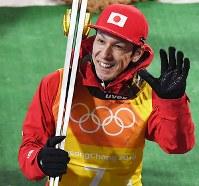 【平昌五輪】スキージャンプ男子団体で、笑顔で会場を後にする葛西紀明=アルペンシア・ジャンプセンターで2018年2月19日、山崎一輝撮影