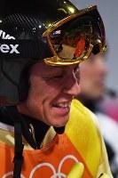 【平昌五輪】スキージャンプ男子団体で2回目の飛躍を終えて苦笑いをする葛西紀明。ゴーグルの中には、メンバーから外れながらも笑顔で迎える小林潤志郎が写っていた=アルペンシア・ジャンプセンターで2018年2月19日、山崎一輝撮影