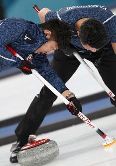 【日本―カナダ】第2エンド、スイープする両角公佑(左)と山口剛史=江陵カーリングセンターで2018年2月20日、佐々木順一撮影