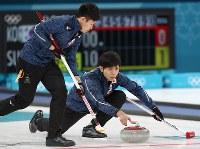 【日本―カナダ】第2エンド、ストーンを投じる両角友佑。左は両角公佑=江陵カーリングセンターで2018年2月20日、佐々木順一撮影