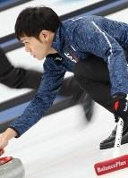 【日本―カナダ】第1エンド、ストーンを投じる両角友佑=江陵カーリングセンターで2018年2月20日、佐々木順一撮影