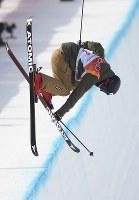【平昌五輪】フリースタイルスキー女子ハーフパイプ決勝1回目の小野塚彩那のエア=フェニックス・スノーパークで2018年2月20日、宮間俊樹撮影