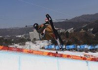 【平昌五輪】フリースタイルスキー女子ハーフパイプ決勝1回目の小野塚彩那のエア=フェニックス・スノーパークで2018年2月20日、山崎一輝撮影