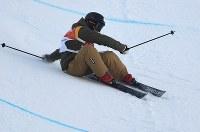 【平昌五輪】フリースタイルスキー女子ハーフパイプ決勝1回目で転倒する小野塚彩那=フェニックス・スノーパークで2018年2月20日、宮間俊樹撮影