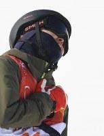 【平昌五輪】フリースタイルスキー女子ハーフパイプ決勝2回目を終えて胸に手を当てる小野塚彩那=フェニックス・スノーパークで2018年2月20日、宮間俊樹撮影