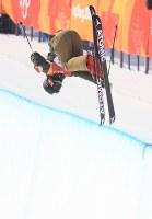 【平昌五輪】フリースタイルスキー女子ハーフパイプ決勝2回目の小野塚彩那のエア=フェニックス・スノーパークで2018年2月20日、宮間俊樹撮影