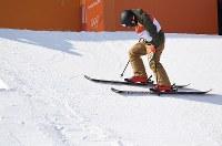 【平昌五輪】フリースタイルスキー女子ハーフパイプ決勝2回目の演技前に下を向いて集中する小野塚彩那=フェニックス・スノーパークで2018年2月20日、山崎一輝撮影