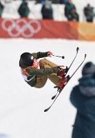 【平昌五輪】フリースタイルスキー女子ハーフパイプ決勝2回目の小野塚彩那のエア=フェニックス・スノーパークで2018年2月20日、山崎一輝撮影