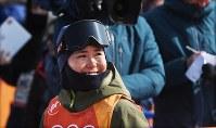 【平昌五輪】フリースタイルスキー女子ハーフパイプ決勝3回目の演技を終えて、電光掲示板を見上げながら会場を後にする小野塚彩那=フェニックス・スノーパークで2018年2月20日、山崎一輝撮影