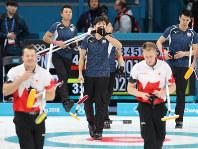 【日本―カナダ】第9エンドに1点を追加されてギブアップし、残念がる両角友佑(中央)ら=江陵カーリングセンターで2018年2月20日、佐々木順一撮影