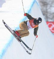 【平昌五輪】フリースタイルスキー女子ハーフパイプ決勝3回目の小野塚彩那のエア=フェニックス・スノーパークで2018年2月20日、宮間俊樹撮影