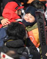 【平昌五輪】フリースタイルスキー女子ハーフパイプ決勝を終えて関係者と抱き合う小野塚彩那=フェニックス・スノーパークで2018年2月20日、宮間俊樹撮影