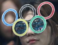 五輪マークの眼鏡をかけてカーリング観戦する人=江陵カーリングセンターで2018年2月20日、佐々木順一撮影