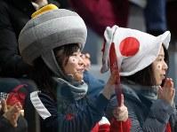 カーリング男子のカナダ戦でストーンの形をした帽子をかぶり、応援する人=江陵カーリングセンターで2018年2月20日、佐々木順一撮影
