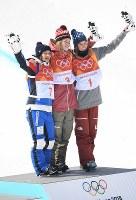 【平昌五輪】フリースタイルスキー女子ハーフパイプのセレモニーで記念撮影に応じる優勝したカナダのキャシー・シャープ(中央)。2位はフランスのマリー・マルティノ(左)、3位はアメリカのブリタ・シガニー=フェニックス・スノーパークで2018年2月20日、宮間俊樹撮影